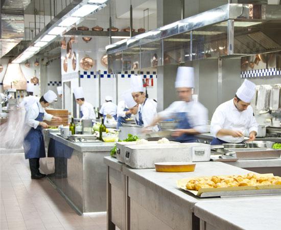 I cuochi all'opera nelle cucine di Peck